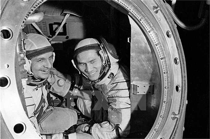 Nhà du hành vũ trụ Phạm Tuân (phải) và Gorbatko tại trạm huấn luyện. Ảnh: TTXVN