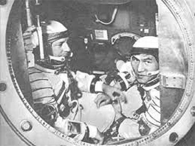 Phạm Tuân (phải) và Gorbatko trên tàu Liên hợp 37