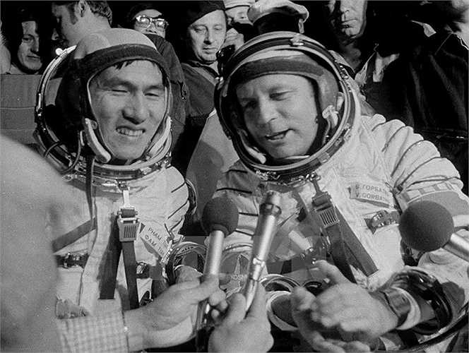 Ngày 31/7/1980, sau 1 tuần bay trên vũ trụ, 2 nhà du hành vũ trụ đã trở về trái đất an toàn. Ảnh:TTXVN