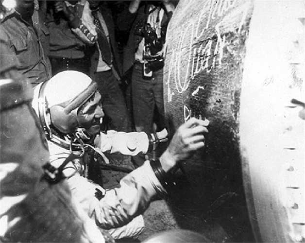 Nhà du hành vũ trụ Phạm Tuân ký tên vào khoang hạ cánh của tàu Liên hợp 37 sau khi trở về Trái đất. Ảnh:TTXVN