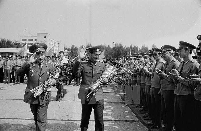 Hai nhà du hành vũ trụ trở về tại sân bay Vũ trụ Baikonur ngày 4/8/1980. Ảnh:TTXVN