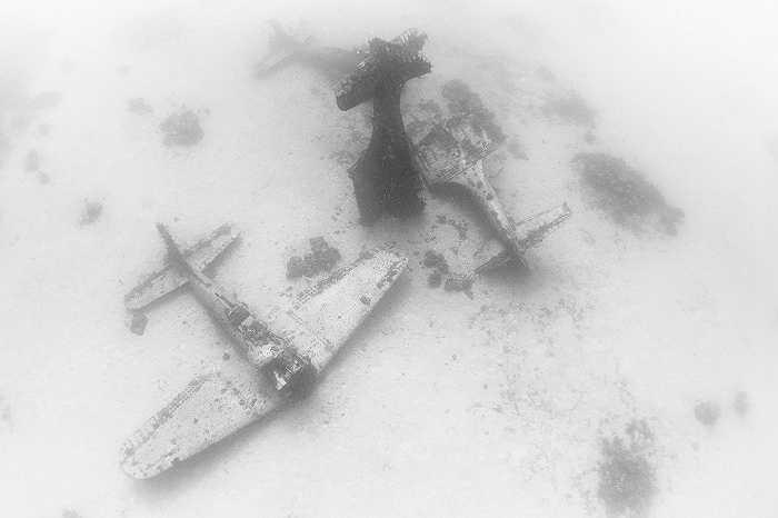 Xác máy bay nằm ngổn ngang dưới đáy biển