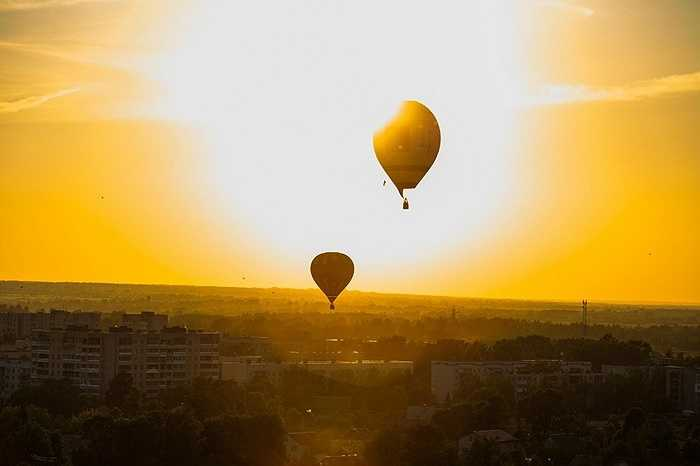 Các khinh khí cầu bay trong ánh nắng vàng của nước Nga