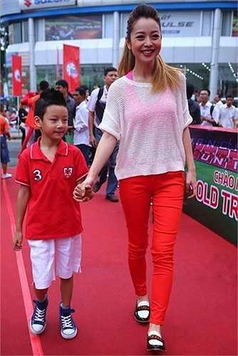 Hoa hậu Jennifer Phạm với bộ đồ đỏ sặc sỡ không được đánh giá cao
