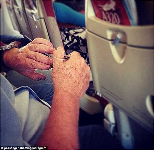 Một hành khách lớn tuổi 'giết' thời gian bằng cách bấm móng ta