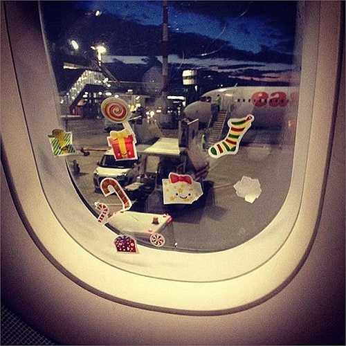 Một hành khách vui tính đã dán những chiếc sticker đáng yêu ngày Giáng sinh. Nhưng cửa máy bay không phải là nơi để dán chúng