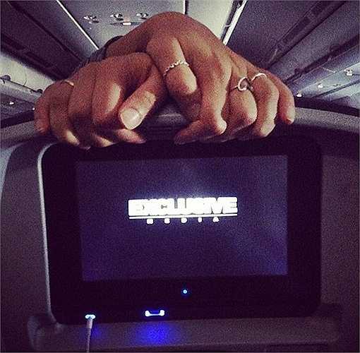 Dùng mọi cách, tận dụng mọi vị trí để có thể thoải mái. Một hành khách bắt tay lên phía sau ghế, ngay trước mặt hành khách phía sau dễ gây khó chịu cho họ