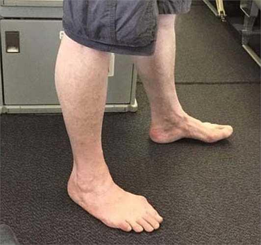 Hành khách đi lên máy bay không có giày, dép. Đôi chân không đi khắp nơi có thể làm bẩn sàn máy bay
