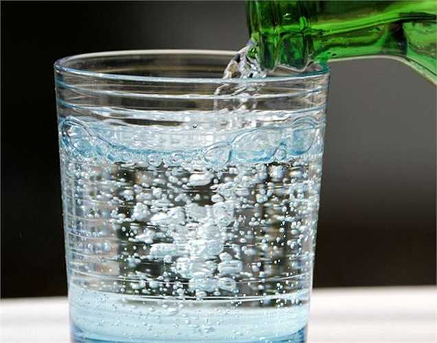 Thói quen uống nước ngọt có ga: Một nghiên cứu cho thấy rằng những người uống nhiều đồ uống ngọt có ga có nguy cơ cao bị bệnh thận. Khi thận tổn thương, protein xuất hiện trong nước tiểu, là dấu hiệu sớm của tổn thương thận. Nếu phát hiện trong giai đoạn sớm thì có thể chữa được.