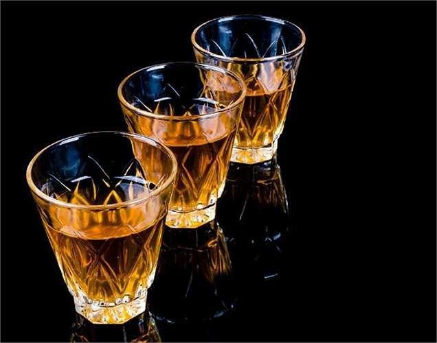 Uống quá nhiều rượu: Các độc tố được tìm thấy trong rượu không chỉ gây tổn hại gan, mà còn hại thận. Điều này sẽ làm tăng khối lượng công việc của thận và làm thận hư hỏng dần. Một cách để tránh bệnh thận là uống rượu ở mức vừa phải.