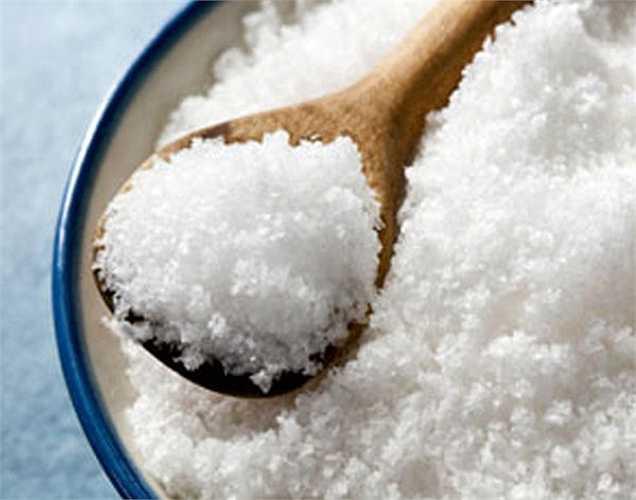 Tiêu thụ quá nhiều muối: Muối quan trọng đối với cơ thể, nhưng cũng nên hạn chế. Vì nhiều hơn mức độ cần thiết có thể làm tăng huyết áp và gây căng thẳng cho thận. Không nên ăn nhiều hơn 5,8 gam muối mỗi ngày.