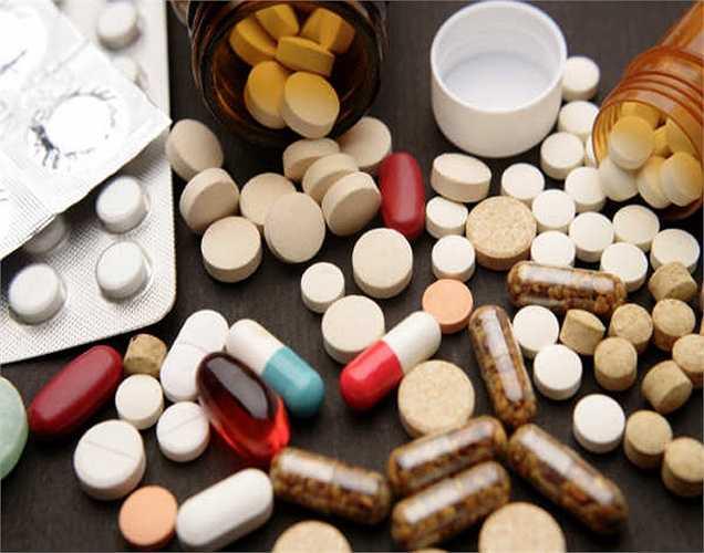 Dùng thuốc nhiều và thường xuyên: Khi bị đau ở đâu bạn chỉ cần uống thuốc . Tuy nhiên, bạn nên suy nghĩ lại vì tất cả các loại thuốc dược phẩm đều có tác dụng phụ, và là nguyên nhân gây ra thiệt hại cho thận.