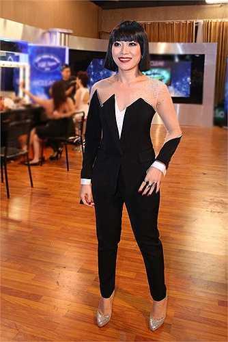 Bộ trang phục tông đen trắng này của Mỹ Tâm cũng không nhận được phản hồi tích cực từ khán giả. Ngoài ra, bộ đồ còn bị phát hiện giống đến 100 % mẫu thiết kế xuân hè 2007 của thương hiệu Viktor & Rolf. Trước áp lực dư luận, nhà thiết kế làm việc cho Mỹ Tâm xin nghỉ việc. Ảnh: ST.