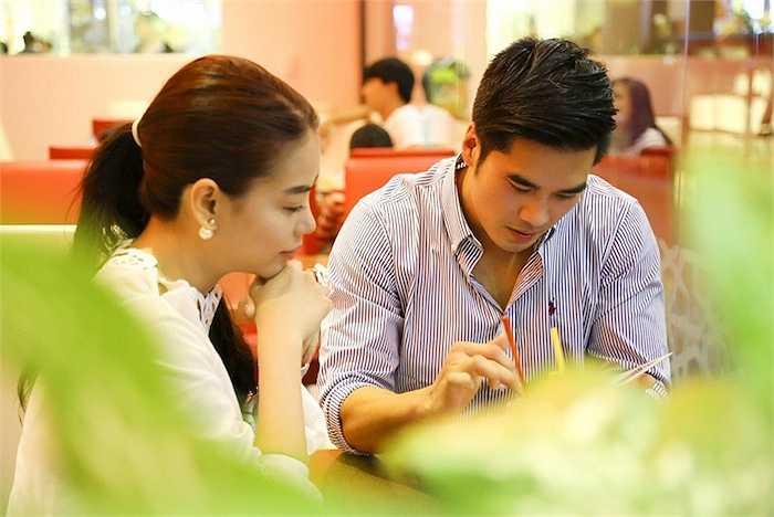 Chị dành thời gian trò chuyện, chia sẻ với diễn viên Việt kiều về những dự án chị sắp thực hiện.