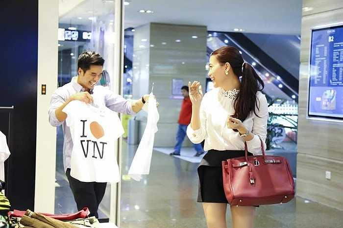 Anh chàng thích thú với các sản phẩm thời trang tại Việt Nam.