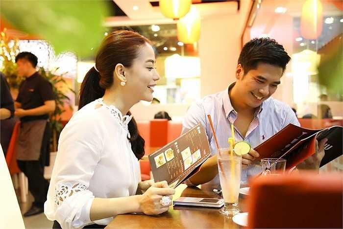 Trong buổi gặp gỡ, Trương Ngọc Ánh dành thời gian trò chuyện, chia sẻ với diễn viên Việt kiều về những dự án chị sắp tới.