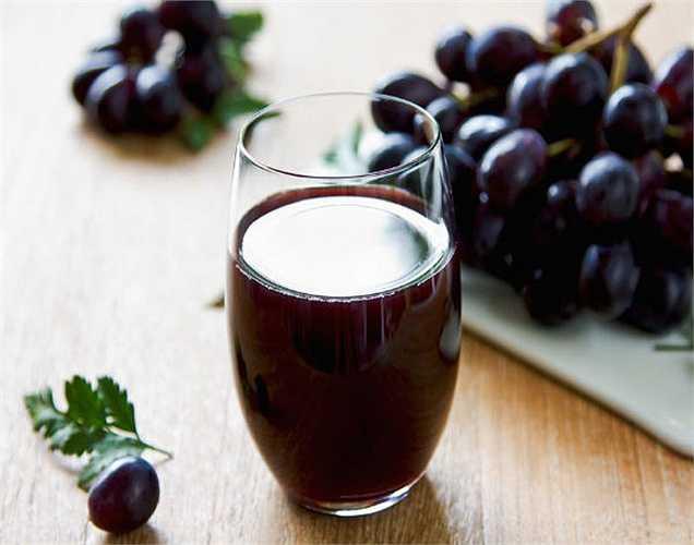 Nước nho ép: Uống ít nhất hai cốc nước nho ép hàng ngày sẽ giúp bạn thoát khỏi tình trạng tim đập nhanh.