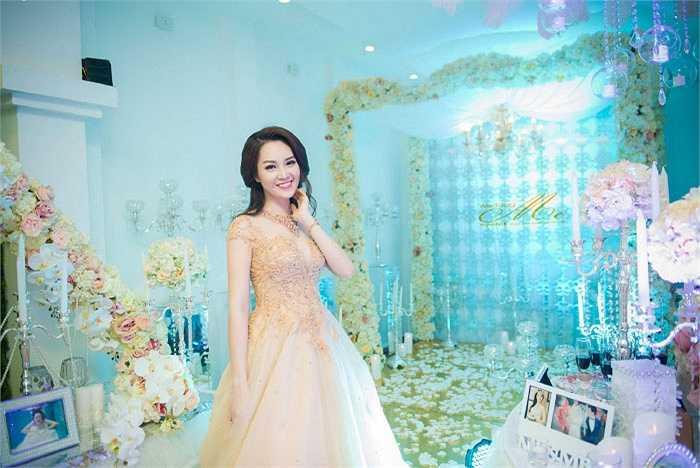 Á hậu Thụy Vân xinh đẹp, rạng rỡ khi khoác lên mình trang phục cưới.