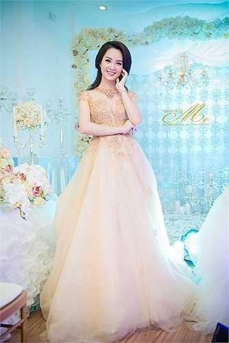 Dù đã từng mặc chiếc váy cưới trong ngày trọng đại, nhưng Thụy Vân vẫn không giấu được sự hồi hộp khi khoác lên mình những trang phục này.