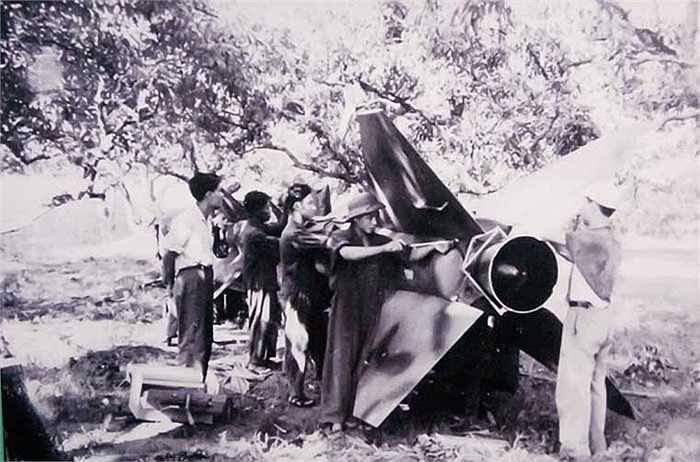 Cán bộ, chiến sĩ Tiểu đoàn 65, Trung đoàn 236 lắp ráp thận trọng, chuẩn xác những quả đạn tên lửa đầu tiên chuẩn bị cho trận đánh ngày 24/7/1965.