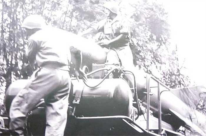 Nạp nhiên liệu cho đạn tên lửa, đảm bảo đủ đạn phục vụ ra quân đánh thắng trận đầu.