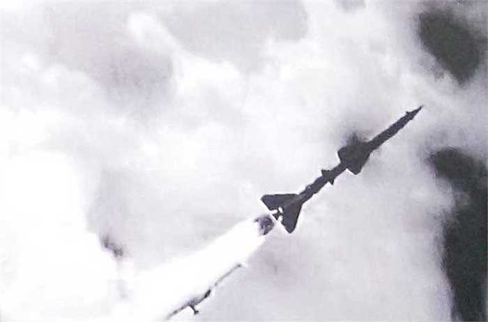 Lúc 15h53 phút ngày 24/7/1965, Tiểu đoàn 63 và 64 phóng hai đạn tên lửa SA-2 bắn rơi một chiếc F-4 Phantom của Không quân Mỹ. Đây là chiếc máy bay Mỹ đầu tiên bị bắn rơi bởi binh chủng Tên lửa phòng không. Ngày 24/7/1965 sau này được chọn làm ngày truyền thống của bộ đội tên lửa Việt Nam.