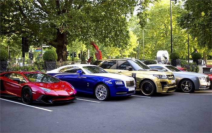Để tránh nóng, giới siêu giàu Trung Đông thường chọn tới nghỉ hè ở London. Họ không quên chuyên chở bằng máy bay những chiếc siêu xe cực đắt tiền của mình. Mùa hè trở thành mùa siêu xe ở London.