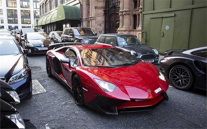 Một chiếc Lamborghini Aventador màu vang đỏ nổi bật, có giá từ 256.000 bảng (hơn 8,7 tỷ đồng), đậu ngoài trung tâm thương mại Harrods.