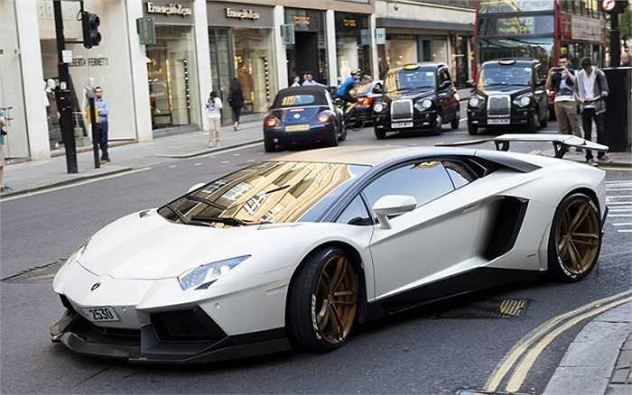 Thêm một chiếc Lamborghini Aventador, giá khoảng 256.000 bảng (hơn 8,7 tỷ đồng).