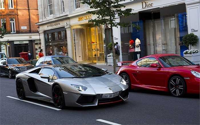 Lamborghini Aventador đang dạo chơi trên phố.
