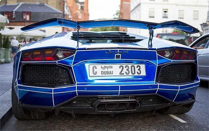 Chiếc Lamborghini Aventador với biển số xe đăng ký ở Dubai.