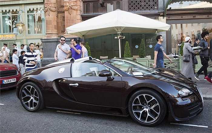 Một chiếc Bugatti Veyron, giá xấp xỉ 1,4 triệu bảng (gần 47,6 tỷ đồng) đã bị gắn vé phạt vì đỗ sai quy định. Cận cảnh nội thất đẹp lung linh của chiếc Bugatti Veyron bị phạt.