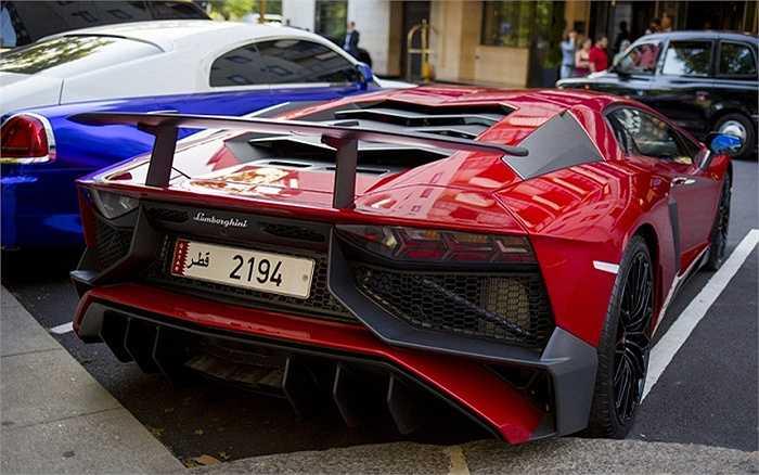 Lamborghini đậu ngoài khách sạn Dorchester.