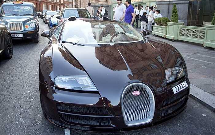 Hình ảnh tòa nhà in bóng trên nắp ca pô chiếc Bugatti Veyron đỗ ngoài trung tâm thương mại Harrods.