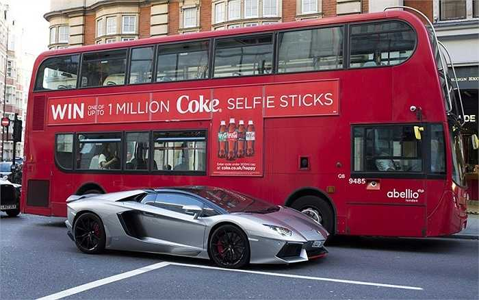 Một chiếc Lamborghini Aventador màu bạc, giá khoảng 260.000 bảng (hơn 8,8 tỷ đồng) bên cạnh chiếc xe buýt hai tầng Alexander Dennis Enviro 400H, giá khoảng 300.000 bảng (gần 10,2 tỷ đồng).