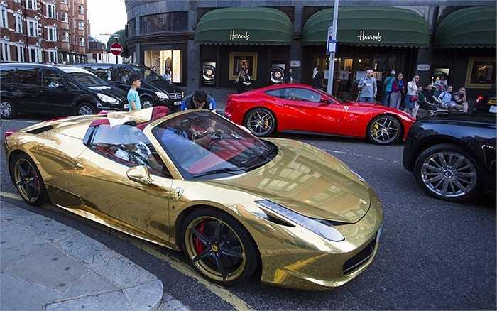 Có ai lại không trầm trồ trước vẻ sang trọng của chiếc Ferrari 458 bọc vàng, giá khoảng 153.000 bảng (hơn 5,2 tỷ đồng)? Cách đó vài bước chân là 'đồng nghiệp' Ferrari F12 đỏ chót, giá tương đương.