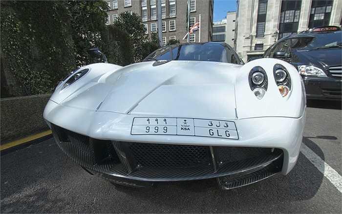 Chiếc xe thể thao của Ý Pagani Huayra với biển đăng ký Ả rập Saudi, giá từ 820.000 bảng (gần 28 tỷ đồng) đến hơn 1 triệu bảng (hơn 34 tỷ đồng) xuất hiện trên phố nhà giàu Knightsbridge.