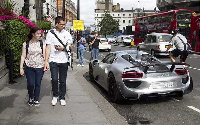Người đi đường trên phố Knightsbridge đi ngang qua một chiếc Porsche 918 Spyder, giá khoảng 625.000 bảng (hơn 21 tỷ đồng) với biển đăng ký Ả rập Saudi.