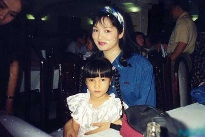 Diễm My bước chân vào điện ảnh khi mới 5 tuổi bằng vai diễn đầu tay trong bộ phim Bóng đêm cuộc tình (1996). Hình ảnh cô gái nhỏ, xinh xắn đã giúp Diễm My để lại ít nhiều ấn tượng. Những năm sau đó, Diễm My khá chăm chỉ đóng phim và nhan sắc cũng ngày càng hoàn thiện theo thời gian. Cô được đánh giá là nữ diễn viên trẻ tài năng, có khả năng tiếp quản danh hiệu 'ngọc nữ màn ảnh' của Tăng Thanh Hà.