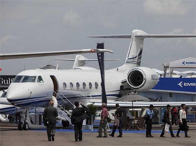 Ông sở hữu máy bay riêng Gulfstream 550 để chở từ nhà tới tập đoàn hàng ngày