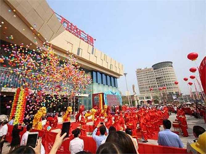 Wanda Plaza thuộc tập đoàn này là nơi bán các hàng hóa trở thành chuỗi cửa hàng bách hóa lớn nhất của đất nước