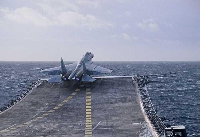 Chiếc Sukhoi Su-33 cất cánh từ tàu sân bay Đô đốc Kuznetsov thuộc Hạm đội Biển Đen