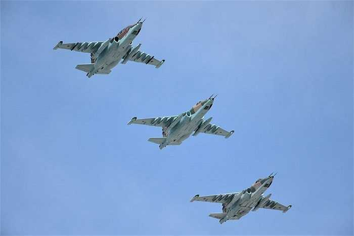 Các chiến cơ Su-25SM phô diễn sức mạnh