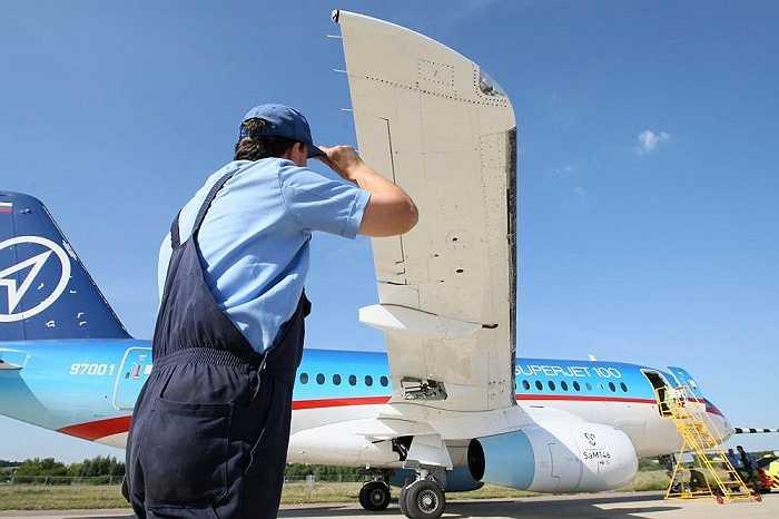 Chiếc máy bay dân dụng Sukhoi Superjet 100 cất cánh từ sân bay Zhukovskoye