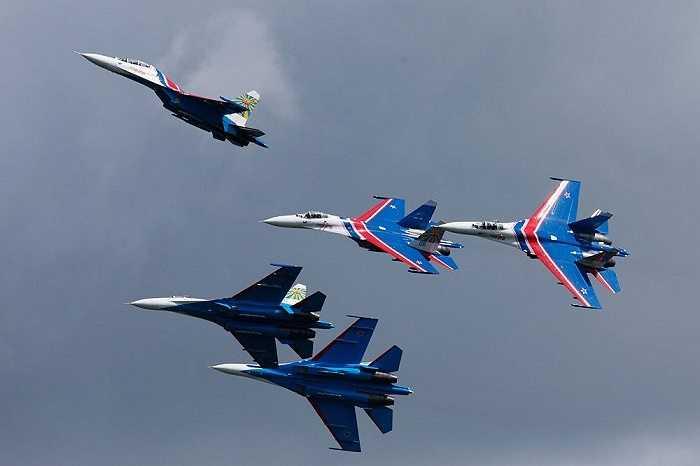 Phi đội tiêm kích Hiệp sĩ Nga biểu diễn tại sân bay quận sự Pushkin trong cuộc Triển lãm Hàng hải quốc tế 2015 tại St. Petersburg