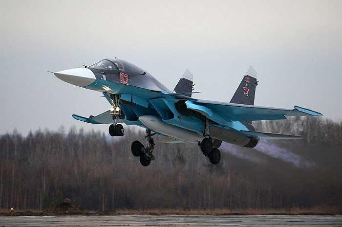 Chiến cơ Su-34 cất cánh ở sân bay của nhà máy hàng không V.P. Chkalov ở Novosibirsk