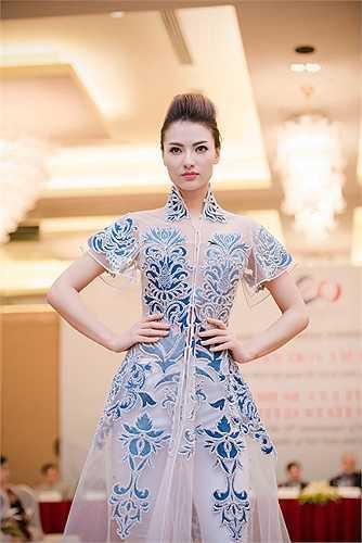 Xuất hiện trong lễ giới thiệu bộ sưu tập của các nhà thiết kế sẽ mang sang Mỹ nhân kỷ niệm 20 năm thiết lập quan hệ ngoại giao giữa Việt Nam với Hoa Kỳ, người mẫu Hồng Quế gây ấn tượng mạnh.