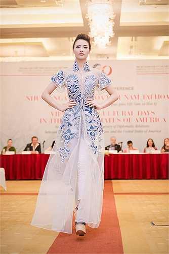 Thiết kế của NTK Minh Hạnh với những khoảng xuyên thấu vừa đủ, giúp Hồng Quế lộng lẫy và quyến rũ.