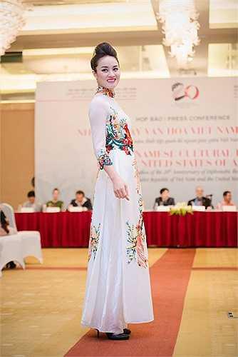 Lan Hương sử dụng công nghệ in và thêu để chuyển tải một khái niệm mới dành cho chiếc áo dài.