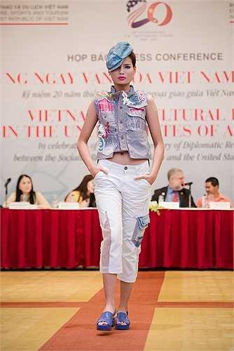 Quang Nhật: Với tinh thần của một người trẻ tuổi, bằng sự năng động của chất liệu Jeans (cũng là chất liệu phổ biến nhất với người Mỹ), Quang Nhật đã chuyển tải rất thú vị hình ảnh của kiến trúc Việt Nam với những mái đình lợp ngói qua kỹ thuật thêu lộng vải công phu tỉ mỉ.